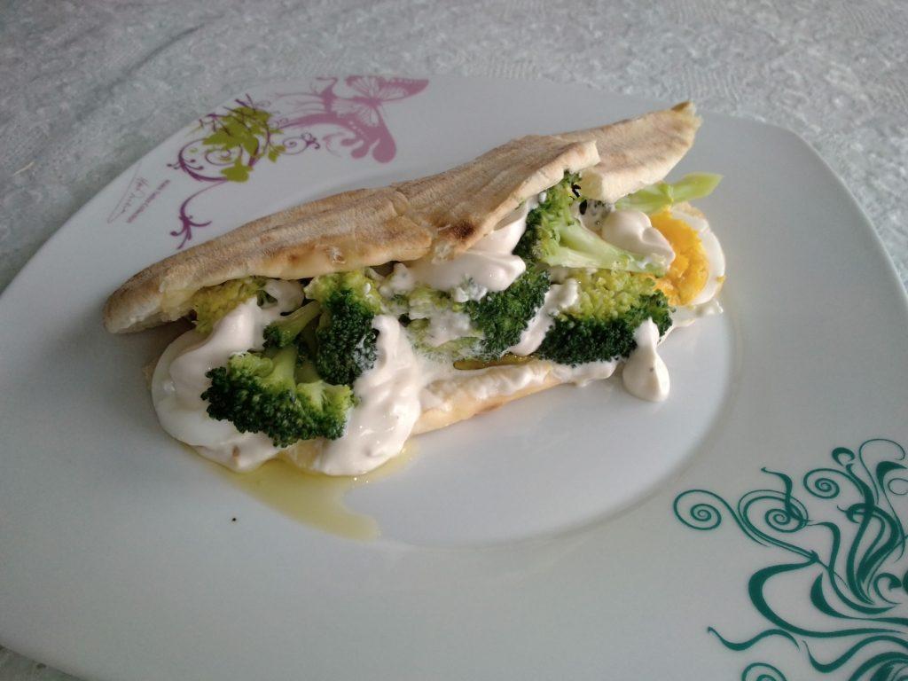 Αραβική πίτα με μπρόκολο τυρί αυγό και σος. Ένα υγιεινό, ελαφρύ και χορταστικό σνακ