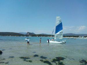 Ήπειρος - η αμμουδερή παραλία των εκβολών του Αχέροντα με ένα ιστιοπλοϊκό και λουόμενους